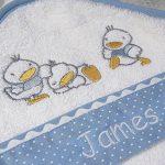 Cape de bain petits canards personnalisé prénom (ciel) de la marque Vanevitch image 1 produit