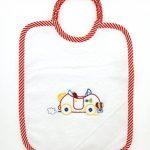 Coccole Kit pour crèche, en toile Aïda, au motif « voiture rouge » -4pièces: 2bavoirs, 1serviette et 1pochette-Rouge -De 3moisà5ans - À broder de la marque Coccole image 1 produit