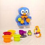 LUDI - Un grand pingouin pour jouer à l'heure du bain. Dès 12 mois. Fixations ventouses. Coffret de jeux d'eau : moulins, verres gigognes percés, coupelle et 3 petits pingouins - réf. 2240 de la marque Ludi image 2 produit