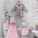 [PERSONNALISABLE] Cape de bain bébé personnalisée unie style claudine – [BRODERIE OFFERTE] dans toutes les langues (Rose) de la marque Brodeway image 1 produit